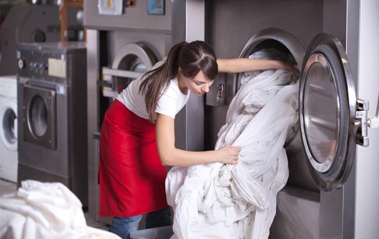 Kvinne som arbeider på et vaskeri