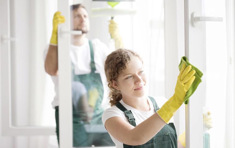 To vindusvaskere som arbeider